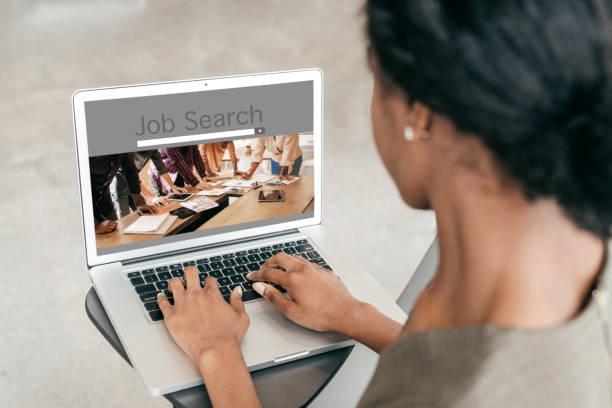 Melhores sites de emprego em Portugal - Mulher procura emprego na internet