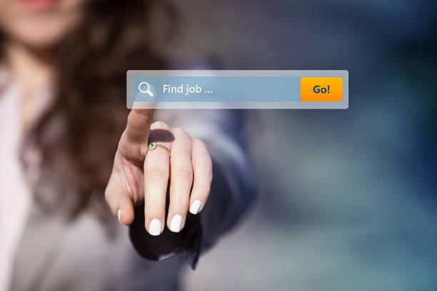Melhores sites de emprego em Portugal - Mulher procurando emprego pressionando o botão de pesquisa